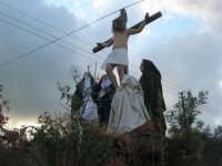 Processione della Via Crucis con gruppi statuari viventi - la croce tocca un cavo elettrico! - 5 aprile 2009   - Buseto palizzolo (2710 clic)