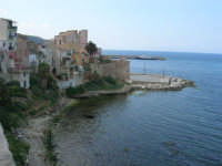 litorale: andando verso il Castello ed il porto - 7 maggio 2006  - Castellammare del golfo (1002 clic)
