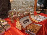 sullo sfondo dell'antica tonnara, BONTON - la II Rassegna Enogastronomica di Tonno e Prodotti di Tonnara, che presenta, oltre al tonno, altri prodotti tipici del territorio trapanese -  all'interno del Villaggio Bonton esposta La Cuddrireddra di Delia: è un dolce tipico di Delia, dalla forma rotonda rassomigliante a una coroncina. Preparata con ingredienti semplici come farina di frumento, uova, vino, zucchero, cannella, scorza di arancia e fritta in ottimo olio di oliva locale - 3 giugno 2007  - Bonagia (3237 clic)