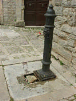 cannolu - rubinetto per l'acqua (tra antico e moderno) - 25 aprile 2006  - Erice (1186 clic)