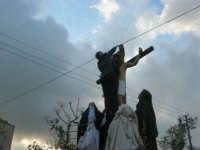 Processione della Via Crucis con gruppi statuari viventi - una persona si arrampica sulla croce per sollevare il cavo elettrico! - 5 aprile 2009   - Buseto palizzolo (2622 clic)