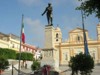 Piazza Rettore Evola - monumento ai caduti in guerra  e Chiesa Madre dedicata a Sant'Anna - 2 giugno 2008    - Balestrate (1949 clic)