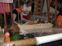 Cous Cous Fest 2007 - Expo Village - itinerario alla scoperta dell'artigianato, del turismo, dell'agroalimentare siciliano e dei Paesi del Mediterraneo - telaio per la tessitura di tappeti ericini, da Buseto Palizzolo (TP)- 28 settembre 2007   - San vito lo capo (1225 clic)
