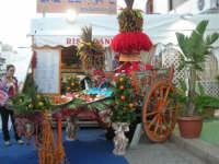 Cous Cous Fest 2007 - Expo Village - itinerario alla scoperta dell'artigianato, del turismo, dell'agroalimentare siciliano e dei Paesi del Mediterraneo - carretto siciliano imbandito dinanzi al Ristorante Dal Cozzaro - 28 settembre 2007        - San vito lo capo (925 clic)