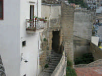 balcone con vista sul porto e scalinata - 7 maggio 2006  - Castellammare del golfo (1057 clic)