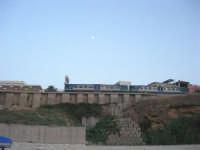dal porto: il treno sta per fermarsi alla stazione (e la luna sta a guardare) - 12 luglio 2008   - Balestrate (1212 clic)
