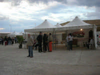 sullo sfondo dell'antica tonnara, BONTON - la II Rassegna Enogastronomica di Tonno e Prodotti di Tonnara, che presenta, oltre al tonno, altri prodotti tipici del territorio trapanese - interno del Villaggio Bonton - 3 giugno 2007  - Bonagia (2623 clic)