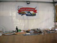 sullo sfondo dell'antica tonnara, BONTON - la II Rassegna Enogastronomica di Tonno e Prodotti di Tonnara, che presenta, oltre al tonno, altri prodotti tipici del territorio trapanese - interno del Villaggio Bonton - 3 giugno 2007  - Bonagia (2452 clic)