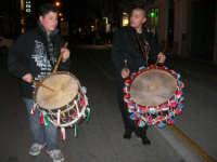 Festa in onore di San Giuseppe Lavoratore - i tamburi annunciano il passaggio della processione nel corso VI Aprile - 1 maggio 2009  - Alcamo (3150 clic)