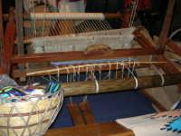 Cous Cous Fest 2007 - Expo Village - itinerario alla scoperta dell'artigianato, del turismo, dell'agroalimentare siciliano e dei Paesi del Mediterraneo - telaio per la tessitura di tappeti ericini, da Buseto Palizzolo (TP)- 28 settembre 2007   - San vito lo capo (1027 clic)