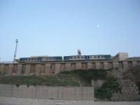 dal porto: il treno fermo alla stazione (e la luna sta a guardare) - 12 luglio 2008   - Balestrate (1001 clic)