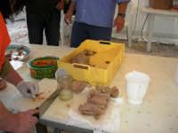 sullo sfondo dell'antica tonnara, BONTON - la II Rassegna Enogastronomica di Tonno e Prodotti di Tonnara, che presenta, oltre al tonno, altri prodotti tipici del territorio trapanese - interno del Villaggio Bonton - 3 giugno 2007  - Bonagia (2462 clic)