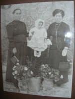 antiche foto esposte nel Museo etno-antropologico presso l'Istituto Comprensivo A. Manzoni (3)- 20 dicembre 2007  - Buseto palizzolo (2047 clic)