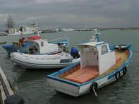 Vista sul porto: un gommone tra piccole barche di pescatori - 32nd America's Cup - 2 ottobre 2005   - Trapani (1955 clic)