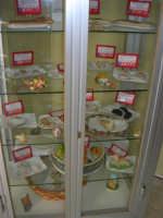 vetrina con esposizione di dolci tipici locali: mustazzoli al miele, al latte, di zucchero - guelfi al cioccolato - belli e brutti - bocconcini con cedro - genovesi - dolci di fico - dolci di mandorle - dolci di zibibbo - bocconcini con zuccata - colombe ed agnelli pasquali - frutta marturana - 25 aprile 2006  - Erice (9553 clic)