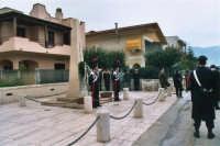 commemorazione dei due Carabinieri (Appuntato Salvatore Falcetta e Carabiniere Carmine Apuzzo) uccisi all'interno della piccola caserma il 27 gennaio 1976 - 25 aprile 2006  - Alcamo marina (4822 clic)