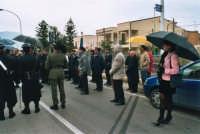 commemorazione dei due Carabinieri (Appuntato Salvatore Falcetta e Carabiniere Carmine Apuzzo) uccisi all'interno della piccola caserma il 27 gennaio 1976 - 25 aprile 2006  - Alcamo marina (5910 clic)