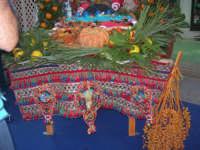 Cous Cous Fest 2007 - Expo Village - itinerario alla scoperta dell'artigianato, del turismo, dell'agroalimentare siciliano e dei Paesi del Mediterraneo - carretto siciliano imbandito dinanzi al Ristorante Dal Cozzaro, particolare - 28 settembre 2007   - San vito lo capo (921 clic)