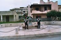 commemorazione dei due Carabinieri (Appuntato Salvatore Falcetta e Carabiniere Carmine Apuzzo) uccisi all'interno della piccola caserma il 27 gennaio 1976 - 25 aprile 2006  - Alcamo marina (5094 clic)