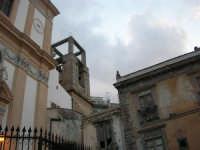 Chiesa Maria SS. delle Grazie, campanile e case adiacenti: forte il contrasto tra il sacro ed il profano - 3 settembre 2008   - Torretta (3819 clic)