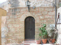 portone ed ancora (ingresso di un locale sulla scalinata che scende al porto) - 7 maggio 2006  - Castellammare del golfo (804 clic)