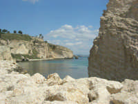 scoglio e tratto di costa - 25 aprile 2008  - Sciacca (1367 clic)