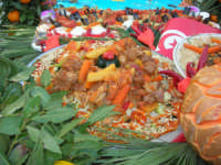 Cous Cous Fest 2007 - Expo Village - itinerario alla scoperta dell'artigianato, del turismo, dell'agroalimentare siciliano e dei Paesi del Mediterraneo - carretto siciliano imbandito dinanzi al Ristorante Dal Cozzaro, particolare - 28 settembre 2007   - San vito lo capo (881 clic)