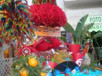 Cous Cous Fest 2007 - Expo Village - itinerario alla scoperta dell'artigianato, del turismo, dell'agroalimentare siciliano e dei Paesi del Mediterraneo - carretto siciliano imbandito dinanzi al Ristorante Dal Cozzaro, particolare - 28 settembre 2007   - San vito lo capo (942 clic)