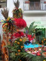 Cous Cous Fest 2007 - Expo Village - itinerario alla scoperta dell'artigianato, del turismo, dell'agroalimentare siciliano e dei Paesi del Mediterraneo - carretto siciliano imbandito dinanzi al Ristorante Dal Cozzaro, particolare - 28 settembre 2007   - San vito lo capo (789 clic)