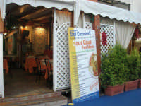 Cous Cous Fest 2007 - Expo Village - itinerario alla scoperta dell'artigianato, del turismo, dell'agroalimentare siciliano e dei Paesi del Mediterraneo - Cous Cous Fest Menù dinanzi al Ristorante Dal Cozzaro - 28 settembre 2007   - San vito lo capo (1005 clic)