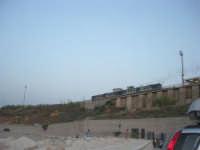 dal porto: il treno parte dalla stazione e si dirige verso Palermo - 12 luglio 2008   - Balestrate (1260 clic)