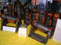 sullo sfondo dell'antica tonnara, BONTON - la II Rassegna Enogastronomica di Tonno e Prodotti di Tonnara, che presenta, oltre al tonno, altri prodotti tipici del territorio trapanese - all'interno del Villaggio Bonton, esposte bottiglie di liquore Zibibbo - 3 giugno 2007  - Bonagia (2493 clic)
