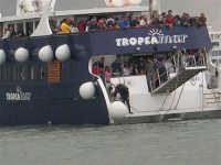 Porto: barca con spettatori delle gare incontra difficoltà ad attraccare; un sub si prepara ad entrare in acqua per cercare di risolvere il problema - 32nd America's Cup - 2 ottobre 2005   - Trapani (1864 clic)