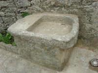 antico lavatoio di pietra in un cortile - 25 aprile 2006  - Erice (2071 clic)