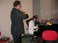 presso il Centro Congressi Marconi, il Concerto del Quintetto Caravaglios (la giovane Claudia Milicia esegue un brano al pianoforte, accompagnata dal maestro Massimiliano Ramo al violino) (26) - 28 dicembre 2007   - Alcamo (929 clic)
