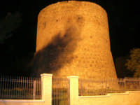 Torre di Torrazzo o torre vecchia, alta più di 40 metri, costruita da privati tra il XIV ed il XV secolo a protezione di una tonnara, trovasi nelle immediate vicinanze del porto - 11 febbraio 2007  - San vito lo capo (1084 clic)