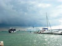 Porto: barca con spettatori delle gare incontra difficoltà ad attraccare; un sub si prepara ad entrare in acqua per cercare di risolvere il problema - 32nd America's Cup - 2 ottobre 2005   - Trapani (2176 clic)