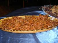 Cous Cous Fest 2007 - Dolci esposti all'interno di un ristorante - 28 settembre 2007   - San vito lo capo (1003 clic)