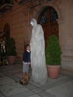 Festeggiamenti in onore di Maria Santissima dei Miracoli - Artisti di strada: il mimo Marco Mangani  si esibisce in piazza Ciullo, dinanzi al Municipio  - 17.6.2005  - Alcamo (4394 clic)