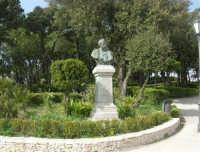 Villa comunale Balio: busto di Nunzio Nasi - 1 maggio 2008   - Erice (1250 clic)