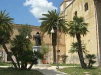 visita alla città - Chiesa di San Domenico in Piazza Angelo Scandaliato - Monumento A Tommaso Fazello, frate domenicano - 25 aprile 2008   - Sciacca (1393 clic)