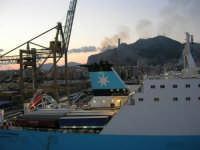 al porto, vista sulla città e Monte Pellegrino - 10 agosto 2006  - Palermo (961 clic)