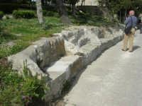 Villa comunale Balio: sedili di pietra - 1 maggio 2008   - Erice (2559 clic)
