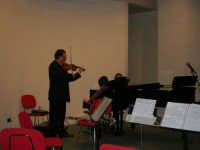 presso il Centro Congressi Marconi, il Concerto del Quintetto Caravaglios (la giovane Claudia Milicia esegue un brano al pianoforte, accompagnata dal maestro Massimiliano Ramo al violino) (28) - 28 dicembre 2007   - Alcamo (1028 clic)