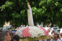 Piano Santa Maria - la statua della Madonna di Fatima, portata in processione, sta per rientrare nella Chiesa di S. Maria del Gesù - 17 maggio 2008   - Alcamo (925 clic)