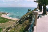 ammirando il panorama - 28 marzo 2005  - Sciacca (6724 clic)