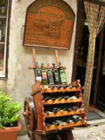 carrettino in legno con esposizione di bottiglie di vino siciliano - 25 aprile 2006  - Erice (4516 clic)