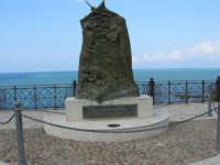 piazza Petrolo - In memoria di tutti i dispersi vittime del mare - I Castellammaresi - Anno 2001 - 7 maggio 2006  - Castellammare del golfo (1111 clic)