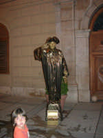 Festeggiamenti in onore di Maria Santissima dei Miracoli - Artisti di strada: il mimo Janusz Kopala (statua vivente) si esibisce in piazza Ciullo, dinanzi al Municipio  - 17.6.2005  - Alcamo (3589 clic)