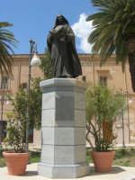 visita alla città - Monumento A Tommaso Fazello, frate domenicano - 25 aprile 2008   - Sciacca (1200 clic)